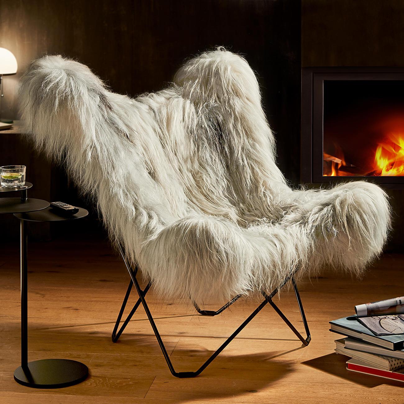 Mariposa Loungesessel Der berühmte Butterfly Chair – als luxuriöse Re-Edition mit kuschelig langflorigem grey iceland Schaffell.