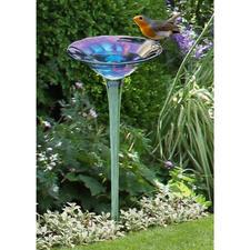 Regenbogenglas-Vogeltränke - Die prächtige Blüte aus irisierendem Glas – umschwärmt als erfrischende Vogeltränke.