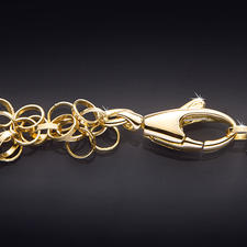 Über 550 zarte Goldglieder schmiegen sich ganz sanft um den Hals. Der Karabinerverschluss ist leichtgängig und doch sicher zu schliessen.