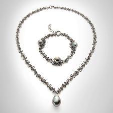 Hunderte filigrane Silberringe setzen die kostbare Tahitiperle perfekt in Szene.