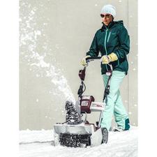 Akku-Schneefräse oder Akku-Handschneefräse - Leicht und handlich wie ein Elektromäher - ohne lästiges Kabel. Kraftschonender und schneller als mit der Schneeschaufel.