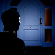 Die Attrappe täuscht vor, dass die Tür mit einem Panzerriegel gesichert –und der Einbruchsversuch zwecklos ist.