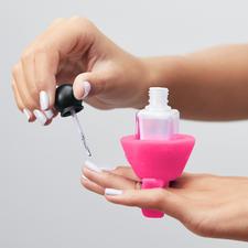 Tweexy™ Nagellackhalter - Einfach den Silikonring über zwei Finger ziehen, Nagellackfläschchen in die Halterung schieben und loslegen.