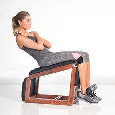 In geschlossener Position der klassische Bauchtrainer, eine Stufe weiter geöffnet der perfekte Rücken- und Po-Trainer und komplett aufgeklappt ideal fürs Hanteltraining.