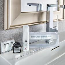 SnowPearl Pflege- und Bleaching-Kit, 5-teilig (50 ml-Spender) - Schweizer Qualität von Snow Pearl by Dr. Lorenza Dahm, Spezialistin für Zahnästhetik und -pflege.