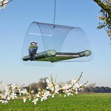 Zum Aufhängen einfach eine Kordel durch das kleine Loch im Dach ziehen und mit einem Knoten fixieren.