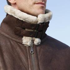 Der doppelte Sturmriegel schliesst den hohen Fellkragen gegen kalte Zugluft. So ist Ihr Hals selbst bei Fahrtwind optimal geschützt.