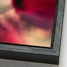 Bei der Schattenfugenrahmung wird die Aluminiumverbundplatte mit einem 0,7 cm grossen Spalt von einer schwarzen Holzleiste umrahmt (inkl. Aufhängung an der Rückwand).