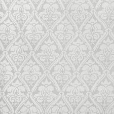 Kein separat angenähter Stoff beschwert den zarten Vorhang. Sein Sockel ist nicht angearbeitet, sondern bleibt beim Ätzen des Musters einfach stehen.