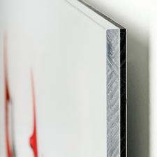 Das Acrylglas bewahrt vor Rissen und anderen Schäden.