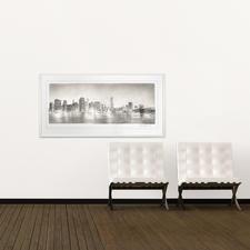 Das grossformatige Werk zeigt die Skyline der Insel Manhattan, die äusserst detailliert zu erkennen ist.