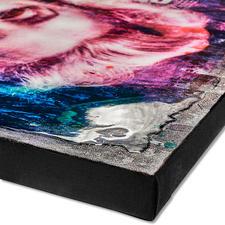 Der Künstler übermalt jedes Exemplar mit hochglänzendem Epoxidharz.