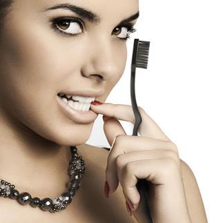 Black-Whitening-Zahnbürste oder -Schallzahnbürste Geniale Aktivkohle-Zahnpflege für strahlend weisse Zähne. In nur 14 Tagen.