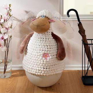 Schaukelndes Schaf Steckt lächelnd jeden Stups weg. Und richtet sich immer wieder auf.