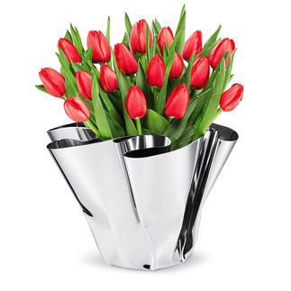 Faltvase Margeaux Glänzend elegant für Blumen – und als edles Designobjekt. Spiegelpolierte Edelstahl-Vase mit handgefertigtem Faltenfall. Immer ein Unikat.