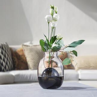 2in1-Vase Zwei Vasen in einer – perfekt für die verschiedensten Sträusse: Zeitlos modernes, bi-color Glasdesign, kunstvoll mundgeblasen – jede Vase ein Unikat.