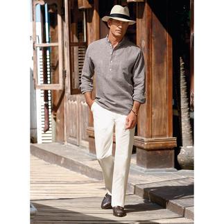 Das Nehru-Hemd aus luftig, leichtem Leinen. In der unvergänglichen Stehkragenform. Besonders an sommerlichen Tagen angenehm.