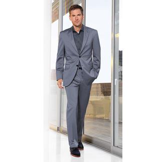 Der interessantere blaue Anzug mit dezenten Mille Rayé-Streifen. Aus feinem, nano-ausgerüstetem Stoff. Das Baumwoll/Schurwoll-Tuch stammt von Lanificio Puro Tessuto, einer der renommiertesten Webereien Italiens.
