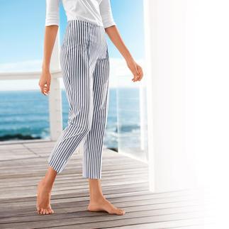 Die perfekte Sommerhose: Luftig leichtes Seersucker-Gewebe - aber elegant genug fürs Büro. Die Bügelfalte, die glatt anliegende Hüftpartie und die 7/8-Länge geben der sportiven Hose eine feminine Note.