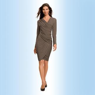 Das unkomplizierte Reisekleid von Emmy-Award-Gewinnerin Shelly Komarov, L. A. Bequem, knitterfrei und elegant. Aus seidigem pflegeleichten Jersey. Das Kleid macht eine betonte Taille und ein tolles Dekolleté.