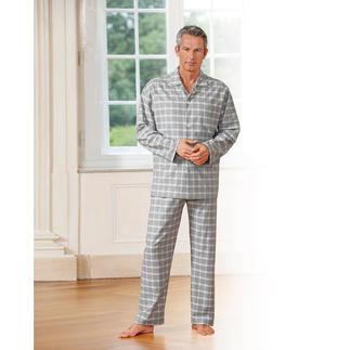Der weiche, warme Flanell-Pyjama, der viel dünner und leichter ist als üblich. Klassisches Dessin. Gedeckte Farben. Unverwüstliche Qualität. Von NOVILA.