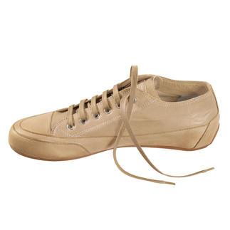 Der Candice Cooper Leder-Sneaker - der italienische Edel-Sneaker nach dem Vorbild des ersten Turnschuhs. Ferien für Ihre Füsse – in handschuhweichem Ziegenleder. Der versteckte Absatz sorgt für einen femininen Gang.