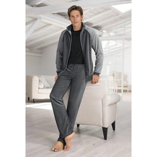 Der Herren-Homesuit, der stilvoll und bequem zugleich ist. Von Zimmerli/Schweiz. Aus samtweichem Nicki-Velours. Leicht. Weich. Elastisch. Atmungsaktiv. Dabei pflegeleicht und formstabil.