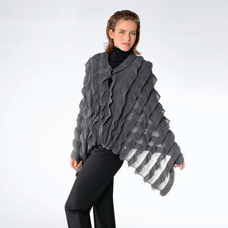 Mal eleganter Schal. Mal extravagantes Cape. Aus kostbarem Baby-Alpaka. Von Carbery/Irland. Der grosszügige Schal wird geknöpft zum eleganten Cape. Die opulenten Rüschen sind aufwändig eingestrickt.