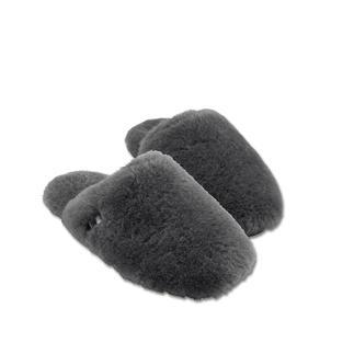 Die Lammfell-Luxus-Pantoletten von UGG® - 17 mm dickes, flauschiges Lammfell: wolkenweich und wunderbar warm. Rundum in luxuriöses Lammfell gehüllt werden Ihre Füsse niemals frieren – aber auch nie unangenehm schwitzen.