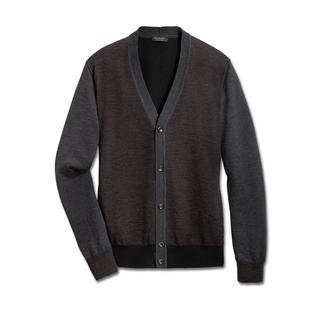 Der perfekte Sakko-Ersatz: der Feinstrick-Cardigan von Phil Petter. Schön dünn, leicht und trotzdem wärmend. Aus extrafeiner Merinowolle gefertigt. Trägt auch unter einem Sakko nicht auf.