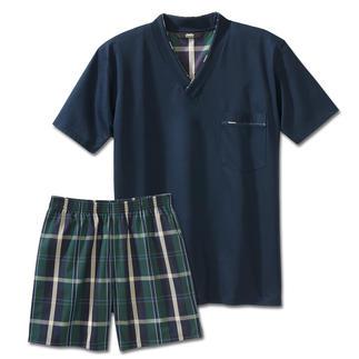 Der Lieblings-Pyjama zum kleinen Preis. Made in Germany von einem leistungsfähigen Spezialisten aus Sachsen. Weiches Jersey-Shirt in frischem Navyblau. Dezent karierte Shorts aus feinem Baumwoll-Popeline.