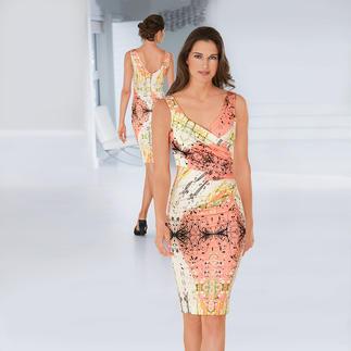 Das elegante Designerkleid für jeden Tag. Mit Apricot und Weiss dominieren sommerlich frische Farben. Knitterarm. Reisetauglich. Und sehr bequem. Von cavalli CLASS.