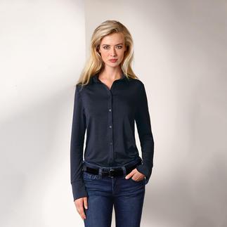 Die Long-Bluse aus seltenem Tencel®-Jersey. Bequem wie ein Shirt. Elegant wie eine Bluse. Nobler Glanz. Fliessender Fall. Brillante Farbe. Beständige Form.