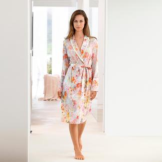 Der elegante Morgenmantel im zarten Blütendessin. Aus weichem Baumwoll-Modal-Wohlfühlstoff. Selten stilvoll. Und doch aussergewöhnlich unkompliziert.