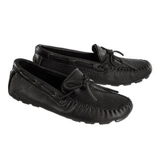 Der nach alter indianischer Tradition als echter Mokassin gearbeitete Driving-Schuh. Original Minnetonka®: Laufen wie auf Moos.