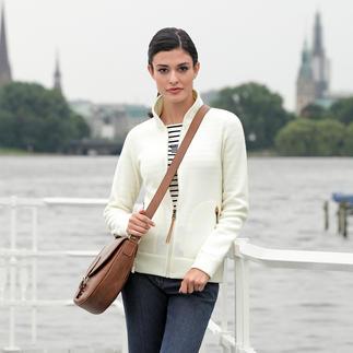 Die vielseitige Strickjacke von Aigle/Frankreich, Outdoor-Spezialist seit 1853. Aussen klassisch-elegante Strick-Optik. Innen leichter, sanft wärmender Thermotech®-Fleece.