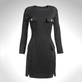 Das Kleid, das mit Sicherheit noch viele weitere Modesaisons überdauert. Von Pierre Balmain. Ein topmodisches Styling-Wunder mit Balmain-typischen Military-Details.