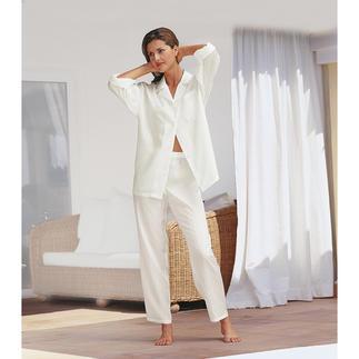 Der Seiden-Pyjama mit Etui - erschwinglicher Luxus zum Verlieben. Federleicht. Superweich. Umschmeichelt fliessend den Körper. Und lässt die Haut atmen.