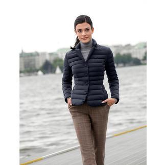 Der Leichtaunen-Blazer von add/Italien: selten feminin, selten elegant. Taillierte Form. Klassische Farbe. Softes, mattes Material.