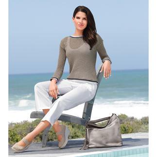 Der italienisch elegante Marine-Pullover. Luftiger Lochstrick. Glamouröses Glanzgarn. Raffinierter Rücken. Von Liu Jo.