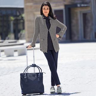 Die bequeme und sommertaugliche unter den eleganten Bouclé-Jacken. Gestrickt statt gewebt. Aus luftig leichter Baumwoll-Mischung. Von ANNECLAIRE.