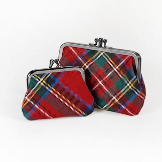 Die aussergewöhnlichen Münzbörsen von Lochcarron of Scotland zu einem überraschend günstigen Preis. Rar gewordene Bügel-Form trifft auf geschichtsträchtiges Tartan-Dessin.