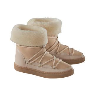 Die Lammfellboots von Inuikii: 100 % modisch. 100 % wintertauglich. Mit sportiver, puristischer Gummisohle im Sneaker-Look.