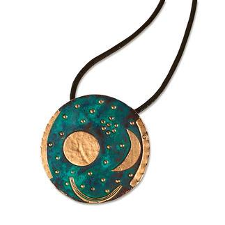 Faszinierender Schmuck: Die Himmelsscheibe von Nebra. Das weltälteste Abbild des Kosmos. Detailgetreu wie das alte Original – aus patinierter Bronze, vergoldet.