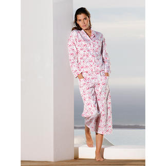 Der NOVILA Pyjama - für den ersten guten Eindruck am Morgen. Mit himbeerroten Rosen auf feinem, weissem Satin. Sein wertvoller Stoff kommt aus einer der  führenden Textildruckereien Österreichs.