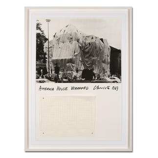 """Christo – America House Wrapped Rarität: 47 Jahre alte, handsignierte Christo-Edition. Die letzten 25 Exemplare von """"America House Wrapped"""". Mit Original-Verhüllungsstoff. Masse: gerahmt 79 x 106 cm"""
