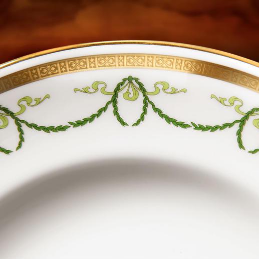 Für den glatten schmalen Goldrand und die zart ziselierte Schmuckbordüre wurde von Hand kostbares 22-karätiges Gold aufgelegt.