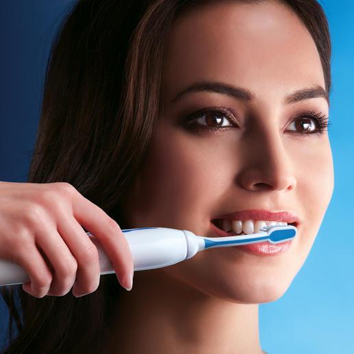 Halten Sie die Borsten nur leicht gegen die Zähne: Anders als bei herkömmlichen Schall-Zahnbürsten spüren Sie keine Bewegung, sondern nehmen lediglich ein leises Surren wahr.
