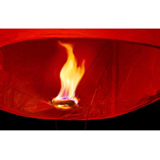 """Einfach den Brennwürfel entzünden – und schon nach 2 Minuten steigt """"Luminaria"""" langsam auf."""