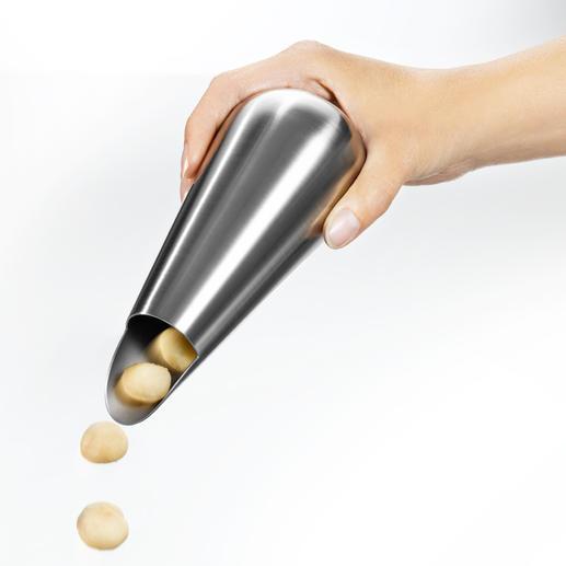 Einfach Snackspender drehen, schon gibt er die richtige Portion Nüsse in die Hand.